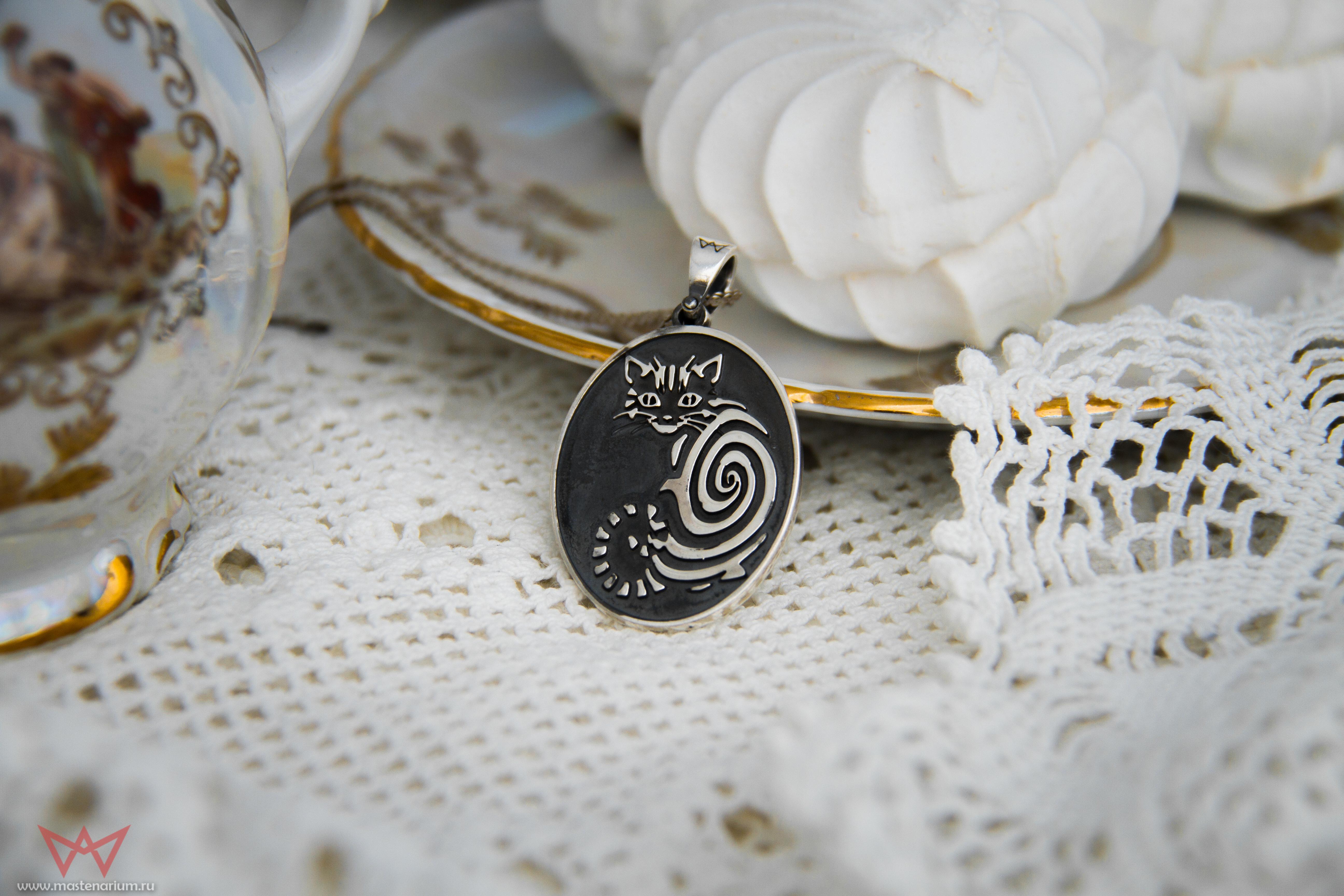 Merch Cheshire Cat Necklace Silver Alice In Wonderland