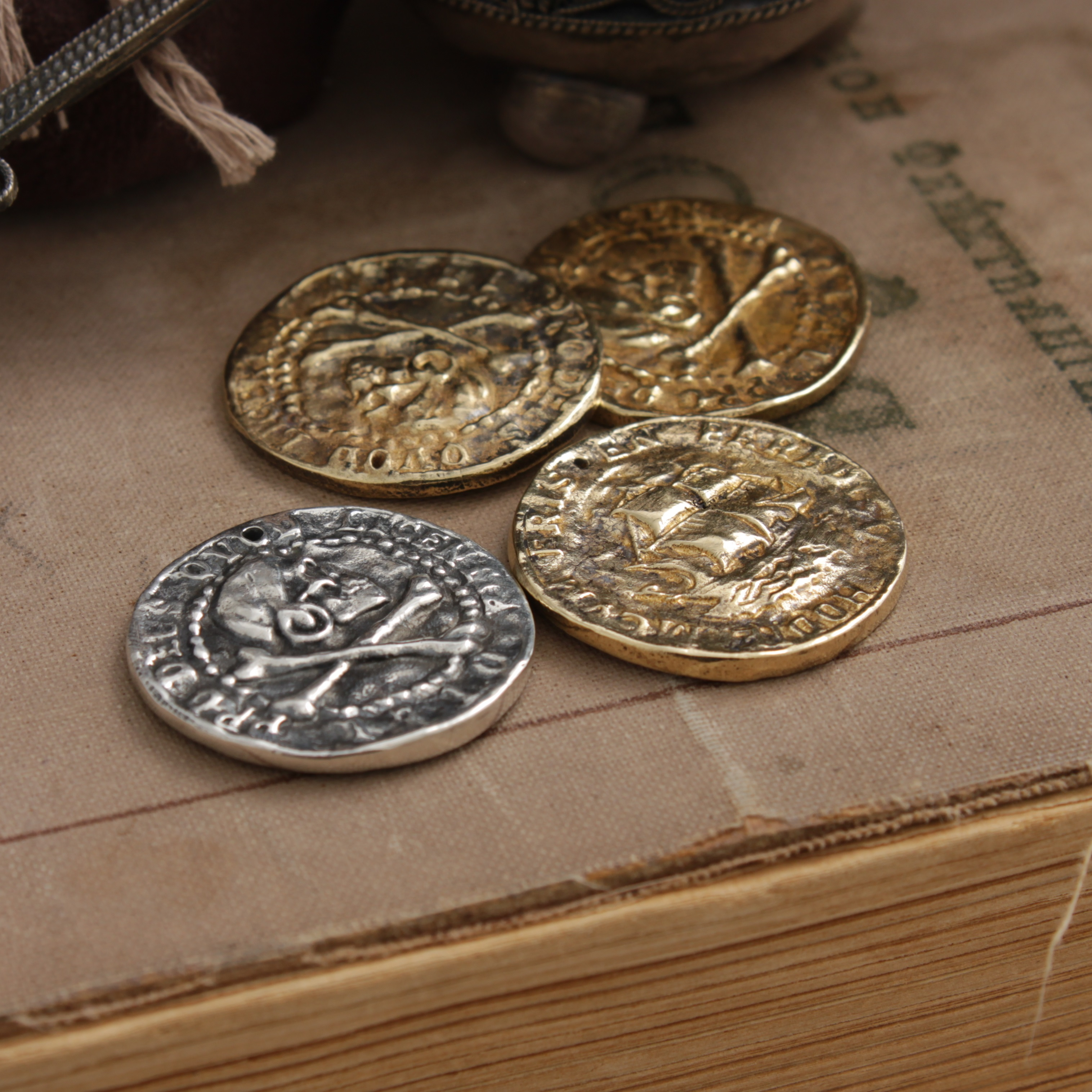 Collectibles Pirate Coin Sigil Gold Jolly Roger Pirate Sailboat